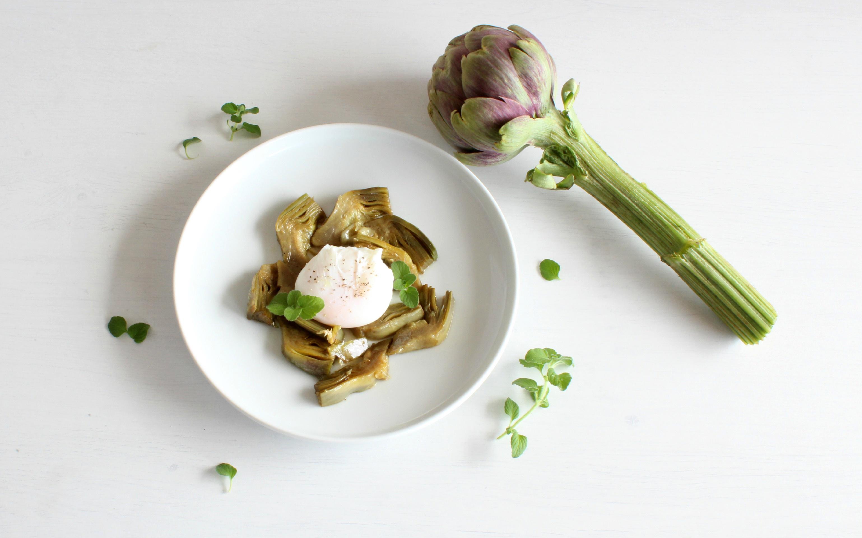 Uovo in camicia con carciofi